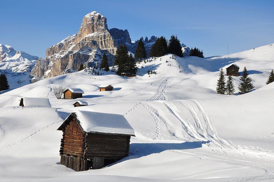 schneebedeckte-almhuetten-alta-badia