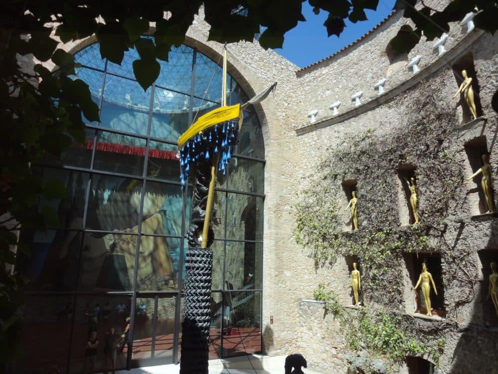 Театр-музей Дали двор фото