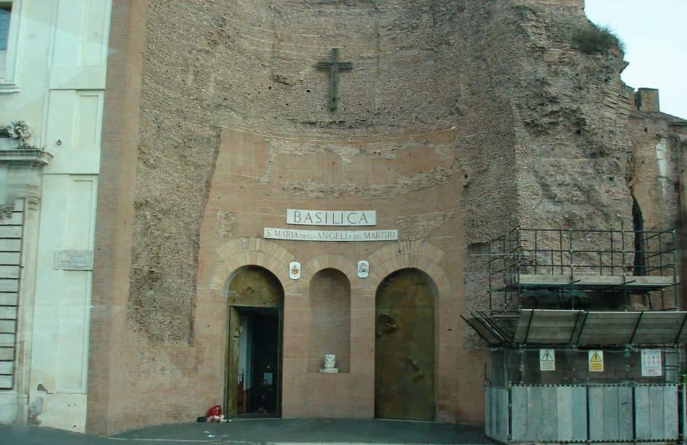 Рим. Базилика Санта-Мария-дельи-Анджели-э-деи-Мартири, посвящённая Богородице, ангелам и мученикам в Риме, на площади Республики