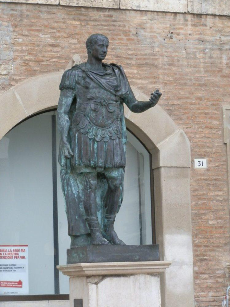 Римини статуя Цезаря