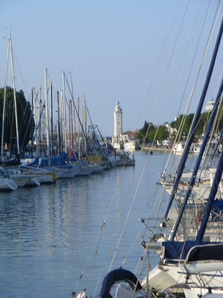 Яхты и маяк в Римини