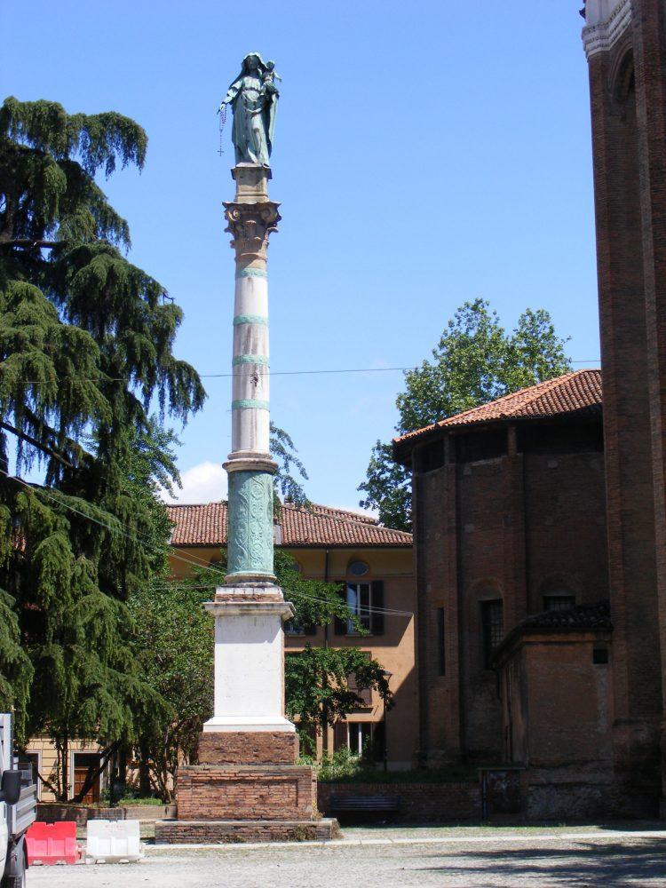 Статуя Мадонны в Болонье